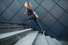 健身体育在一个现代台阶都市场面快速地跑 库存照片