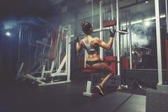 健身体育在健身房的妇女推力 免版税库存图片