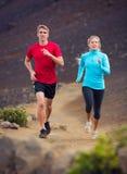 健身体育夫妇跑的跑步外面 免版税库存图片