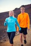 健身体育夫妇跑的跑步外面 免版税图库摄影