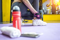 健身体育女孩准备在体育健身房的锻炼 库存照片