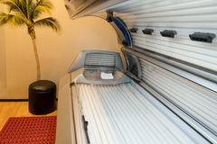 健身俱乐部温泉的晒黑的床日光浴室 库存照片