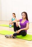 健身俱乐部的两名运动的妇女 图库摄影