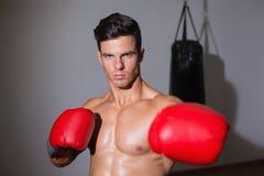 健身俱乐部的严肃的肌肉拳击手 库存图片