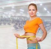 健身俱乐部的少妇 免版税库存图片