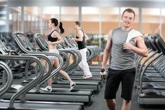健身俱乐部的年轻人 免版税库存图片