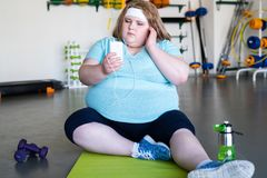 健身俱乐部的肥胖妇女 免版税库存照片