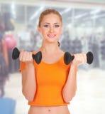 健身俱乐部的运动的妇女 免版税图库摄影