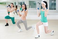 健身俱乐部的三个女孩 免版税图库摄影