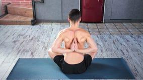 健身做在后面后的瑜伽人namaste手坐在现代公寓的席子 股票视频