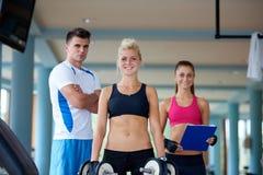 健身健身房举的重量的少妇 库存照片