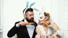 健身和健康食品 ?? r r 美丽的年轻女人和有胡子的人兔宝宝面具的吃 股票视频