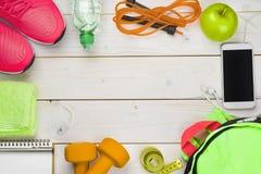 健身和减重概念在木板条背景 库存图片