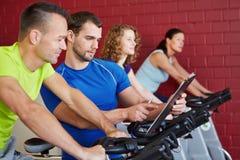 健身培训人联系与人  免版税图库摄影