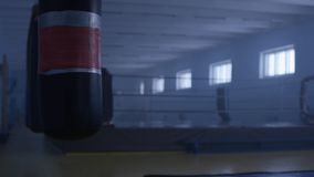 健身大厅的内部有一个沙袋的 沙袋在大厅里 库存照片