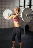 健身大量增强的重量妇女 免版税库存照片