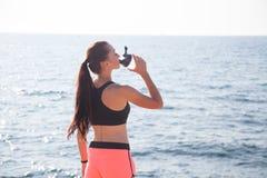 健身女孩喝水上运动训练 免版税库存照片