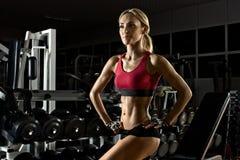 健身女孩在体操方面 免版税图库摄影
