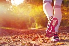 健身女孩赛跑 免版税图库摄影