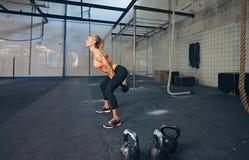 年轻健身女性做的crossfit锻炼 库存照片