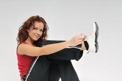 健身她的鞋带鞋子附加妇女年轻人 免版税库存照片