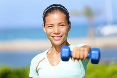 健身妇女举的哑铃重量训练 库存照片