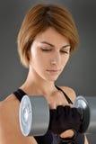 健身妇女举的重量特写镜头  图库摄影