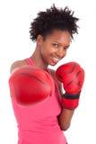 健身妇女佩带的拳击手套的纵向 免版税库存图片