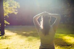 年轻健身妇女在早晨森林里 库存照片