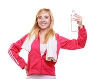健身妇女有毛巾和水bott的体育女孩 免版税库存图片