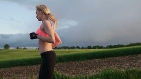 健身妇女赛跑 股票录像