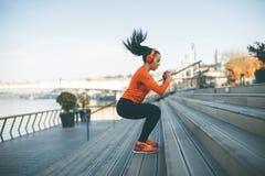 健身妇女跳跃室外 免版税库存照片