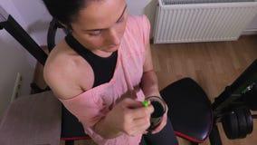 健身妇女饮用的圆滑的人顶视图 股票录像