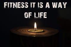 健身它是人生的白色蜡烛方式有黑暗的背景 免版税库存图片