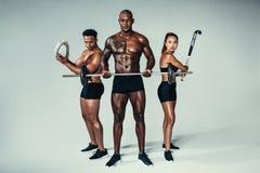 年轻健身小组用运动器材 免版税库存照片