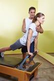 健身帮助的培训人妇女 免版税库存图片