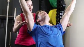 健身房举的重量的人在酒吧 股票视频