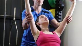 健身房举的重量的妇女在酒吧 股票视频