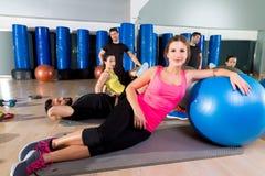 健身房人小组在fitball训练以后放松了 库存图片