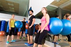 健身房人小组在fitball训练以后放松了 库存照片