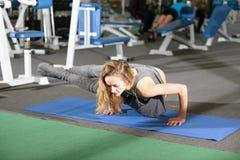 健身房体育的瑜伽女孩 免版税库存照片