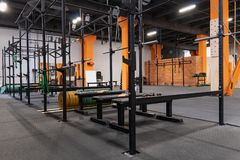 健身房内部健身训练的与单杠和杠铃 免版税库存图片