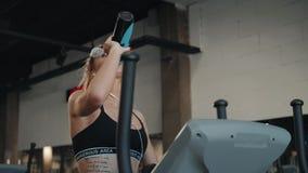 健身房妇女健身锻炼 健身女孩行使在踏车健身房设备的和饮料浇灌 股票录像
