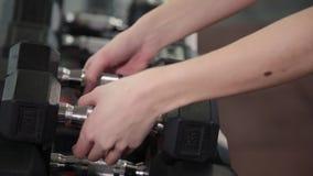健身房妇女力量训练举的哑铃衡量准备好锻炼锻炼 女性健身女孩行使 股票录像