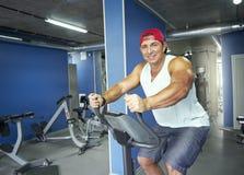 健身房微笑的成人人 免版税图库摄影