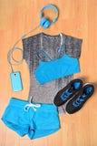 健身房成套装备-锻炼衣物和智能手机 图库摄影