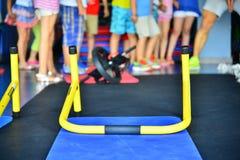 健身房有氧设施孩子教训 库存图片