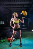 健身房的一个坚强的女孩训练与球 健康,体育概念 库存图片