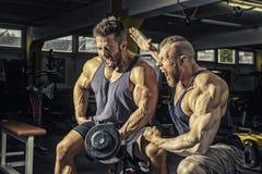 健身房的两个人 免版税库存照片