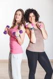 健身房的二名妇女 免版税库存照片